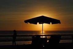 Siluetta dell'ombrello alla spiaggia Fotografia Stock