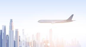 Siluetta dell'orizzonte dell'aereo di volo di paesaggio urbano di vista del grattacielo della città con lo spazio Infographics de Fotografia Stock Libera da Diritti