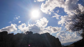 Siluetta dell'uomo con la macchina fotografica sulle rovine di un castello antico, prendenti le immagini dei paesaggi Fotografia Stock