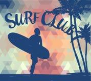 Siluetta dell'uomo con un surf su fondo geometrico e sul tramonto tropicale Fotografie Stock