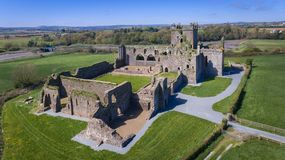 Siluetta dell'uomo Cowering di affari Abbazia di Dunbrody contea Wexford l'irlanda fotografia stock