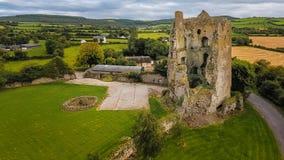 Siluetta dell'uomo Cowering di affari Castello di Cullahill contea Laois l'irlanda fotografia stock