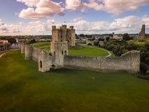 Siluetta dell'uomo Cowering di affari Castello della disposizione contea Meath l'irlanda fotografia stock