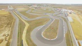 Siluetta dell'uomo Cowering di affari Corsa dei carretti durante il campionato Carting russo stock footage