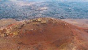 Siluetta dell'uomo Cowering di affari Eventi naturali e disastri Natura dopo un'eruzione vulcanica Catastrofe ecologica stock footage