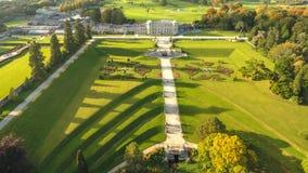 Siluetta dell'uomo Cowering di affari Giardini di Powerscourt Wicklow l'irlanda fotografia stock