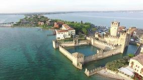 Siluetta dell'uomo Cowering di affari Il castello di Scaliger in Sirmione Lago Garda, Italia 4K stock footage