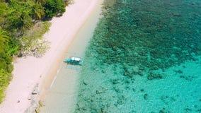 Siluetta dell'uomo Cowering di affari Il primo turista è arrivato sulla spiaggia sabbiosa tropicale dell'isola dell'elicottero, i video d archivio