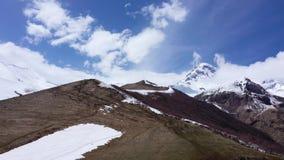 Siluetta dell'uomo Cowering di affari Il supporto Kazbek, è una delle montagne principali del Caucaso archivi video