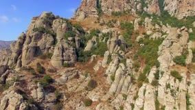Siluetta dell'uomo Cowering di affari Montagna Demerdji, Crimea di Rocky Formations On Slopes Of stock footage