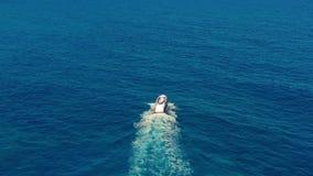 Siluetta dell'uomo Cowering di affari Movimenti della barca sul mare Una barca nel mare blu Viaggio e vacanza di concetto video d archivio
