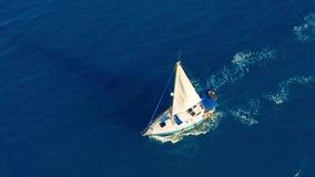 Siluetta dell'uomo Cowering di affari Navigazione dell'yacht sul mare aperto al giorno soleggiato Barca di navigazione stock footage