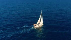 Siluetta dell'uomo Cowering di affari Navigazione dell'yacht sul mare aperto al giorno soleggiato Barca a vela in mare video d archivio