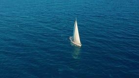 Siluetta dell'uomo Cowering di affari Navigazione dell'yacht sul mare aperto al giorno soleggiato Barca a vela in mare stock footage