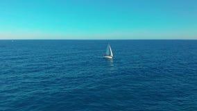 Siluetta dell'uomo Cowering di affari Navigazione dell'yacht sul mare marino aperto Navigazione da diporto con le vele su al gior stock footage