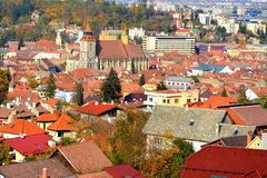 Siluetta dell'uomo Cowering di affari Paesaggio della città Brasov, la Transilvania, Romania Fotografia Stock Libera da Diritti