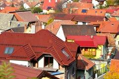 Siluetta dell'uomo Cowering di affari Paesaggio della città Brasov, la Transilvania, Romania Immagini Stock
