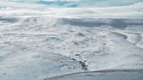 Siluetta dell'uomo Cowering di affari Paesaggio della neve di inverno sul plateau video d archivio