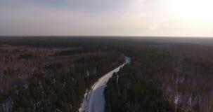 Siluetta dell'uomo Cowering di affari Paesaggio naturale d'ispirazione: la natura selvaggia della Siberia stock footage