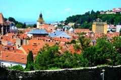 Siluetta dell'uomo Cowering di affari Paesaggio urbano tipico della città Brasov Fortezza medioevale Fotografie Stock Libere da Diritti