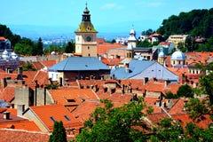 Siluetta dell'uomo Cowering di affari Paesaggio urbano tipico della città Brasov Fortezza medioevale Immagini Stock Libere da Diritti