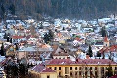 Siluetta dell'uomo Cowering di affari Paesaggio urbano tipico della città Brasov, una città situato nella Transilvania, Romania, Immagine Stock Libera da Diritti