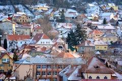 Siluetta dell'uomo Cowering di affari Paesaggio urbano tipico della città Brasov, una città situato nella Transilvania, Romania, Fotografia Stock Libera da Diritti