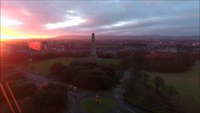 Siluetta dell'uomo Cowering di affari Parco e Wellington Monument di Phoenix dublino l'irlanda stock footage