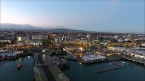 Siluetta dell'uomo Cowering di affari Porto di Laoghaire del dun ad alba dublino l'irlanda stock footage