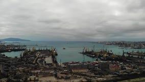 Siluetta dell'uomo Cowering di affari porto marittimo dell'esportazione e dell'importazione affare nel mare logistica e trasporto stock footage