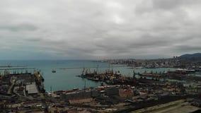 Siluetta dell'uomo Cowering di affari porto marittimo dell'esportazione e dell'importazione affare nel mare logistica e trasporto video d archivio