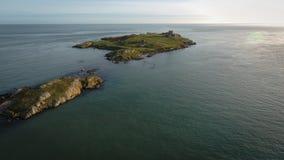 Siluetta dell'uomo Cowering di affari rovine Isola di Dalkey dublino l'irlanda Immagini Stock