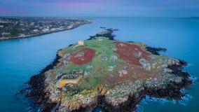 Siluetta dell'uomo Cowering di affari rovine Isola di Dalkey dublino l'irlanda Immagine Stock Libera da Diritti