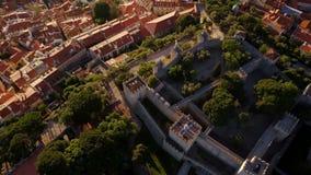 Siluetta dell'uomo Cowering di affari San Georges Castle, Lisbona, Portogallo stock footage