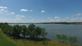 Siluetta dell'uomo Cowering di affari Sorvolare il bello lago vicino alle montagne Colpo della camera aerea Panorama del paesaggi stock footage