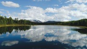 Siluetta dell'uomo Cowering di affari Sorvolare il bello lago vicino alle montagne Colpo della camera aerea Panorama del paesaggi archivi video