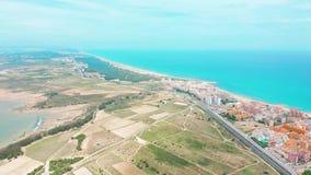 Siluetta dell'uomo Cowering di affari Torrevieja dall'aria, i tetti di Ana della linea costiera archivi video