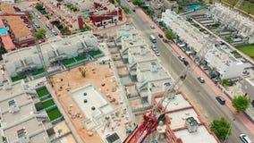 Siluetta dell'uomo Cowering di affari un'area di contruction con le nuove costruzioni la spagna, BLANCA della Costa, Alicante, To video d archivio