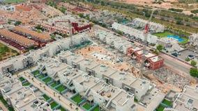 Siluetta dell'uomo Cowering di affari un'area di contruction con le nuove costruzioni la spagna, BLANCA della Costa, Alicante, To archivi video
