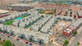 Siluetta dell'uomo Cowering di affari un'area di contruction con le nuove costruzioni la spagna, BLANCA della Costa, Alicante, To stock footage
