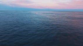 Siluetta dell'uomo Cowering di affari Viaggiando in barca sul mare La vista più bella Il mare al tramonto stock footage