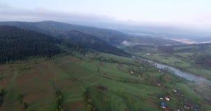 Siluetta dell'uomo Cowering di affari Volando su sopra la Rolling Hills pittoresca video d archivio