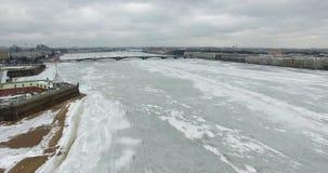 Siluetta dell'uomo Cowering di affari Volo lungo il fiume Neva in freddo nuvoloso di inverno Ponte sopra il fiume Pietroburgo al  stock footage