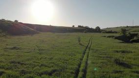 Siluetta dell'uomo Cowering di affari Volo sopra colline rocciose erbose verdi stock footage