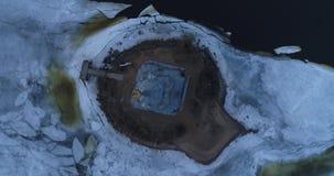Siluetta dell'uomo Cowering di affari Volo sopra il campanile su una piccola isola video d archivio