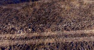 Siluetta dell'uomo Cowering di affari Volo sopra il campo dopo fuoco archivi video
