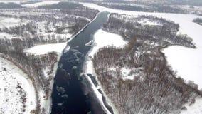 Siluetta dell'uomo Cowering di affari Volo sopra la bella natura del fiume e della foresta di inverno nell'inverno Panorama del p video d archivio
