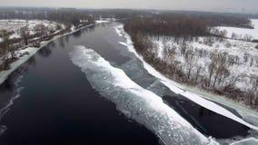 Siluetta dell'uomo Cowering di affari Volo sopra la bella natura del fiume e della foresta di inverno nell'inverno Panorama del p archivi video