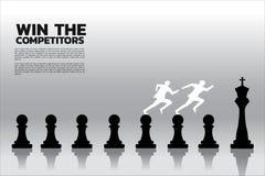 Siluetta dell'uomo d'affari che corre sul pezzo degli scacchi dal pegno a re con il fondo del grafico royalty illustrazione gratis