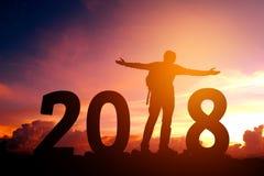 Siluetta dell'uomo del viaggiatore felice per 2018 nuovi anni Fotografia Stock
